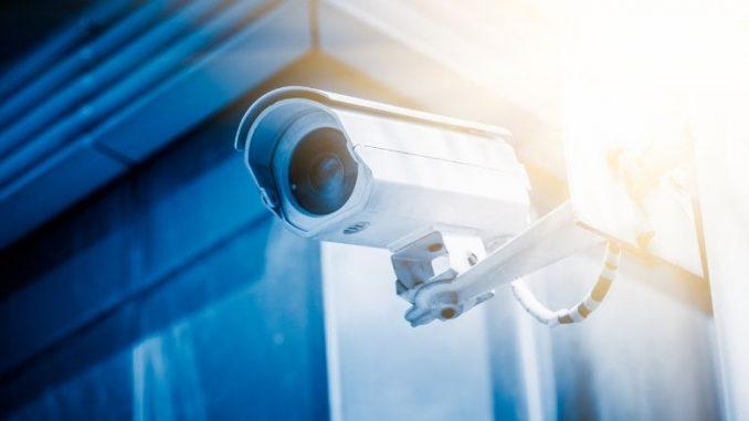 caméra de surveillance extérieure image bleutée